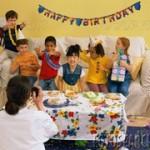幼児たちの誕生日パーティ